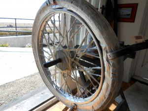 Clamping the tyres away from the rims ensures a uniform paint finish