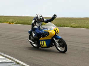 Graham Dickinson 500 Suzuki shows how a professional can wave in the Thunderfest Cavalcade