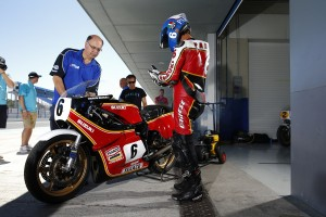 Steve Parrish prepares for a run as Loris Capirossi watches on