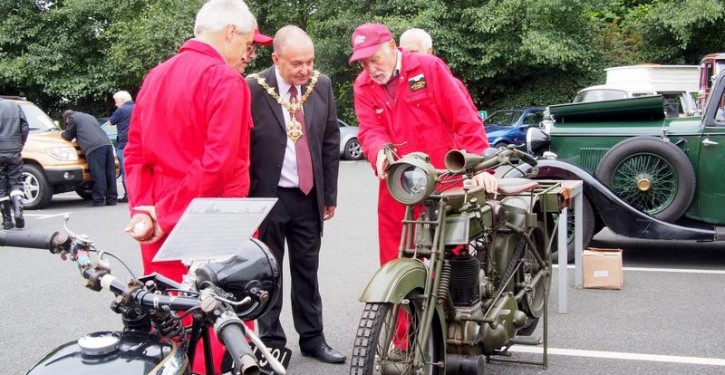 The-Mayor-of-Dudley-inspecting-vintage-motorcycles